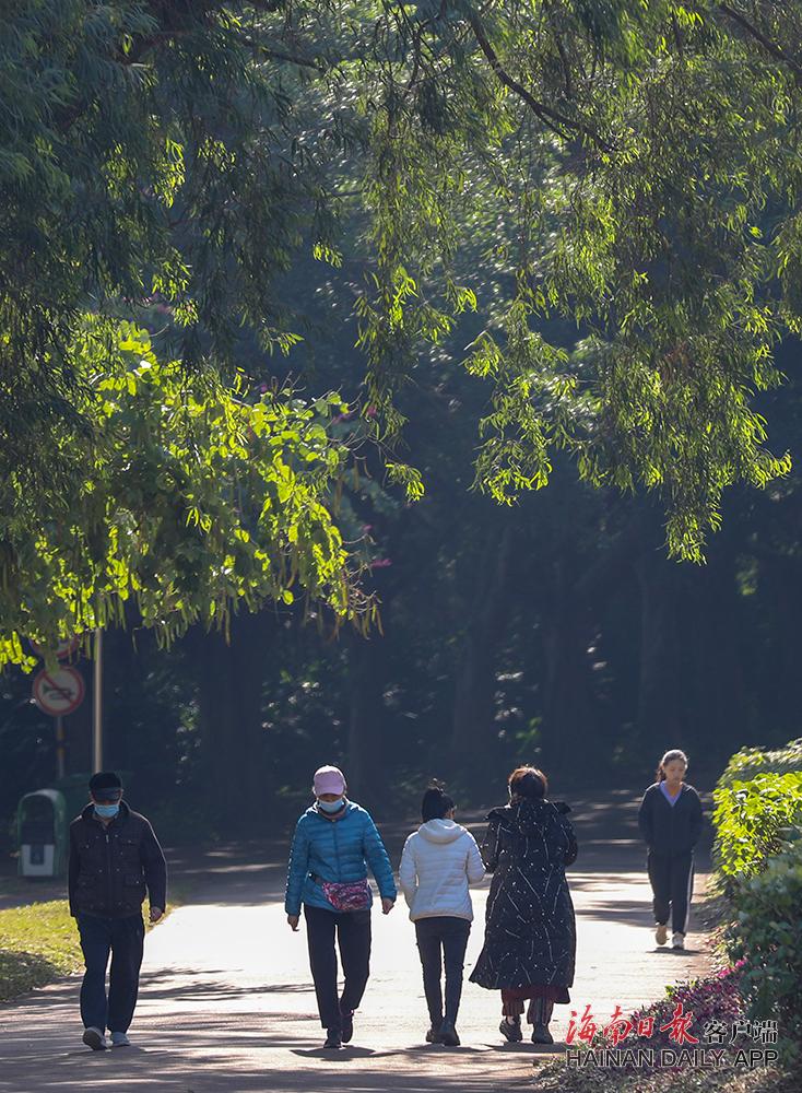 海口:市民游客迎来冬日暖阳